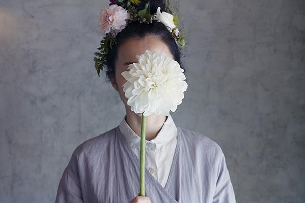 nuuの花を持った女性